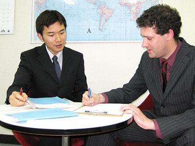 英会話スクールトーク・アベニューの授業風景。ネイティブ講師とビジネスマンが1対1で授業している様子