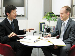 実践的なビジネス英語を、60分間の少人数制レッスンで。