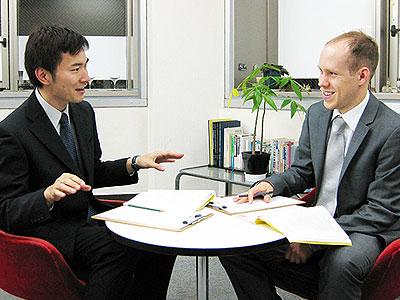 トーク・アベニューの英会話レッスン風景写真。外国人講師と日本人ビジネスマンのレッスン風景