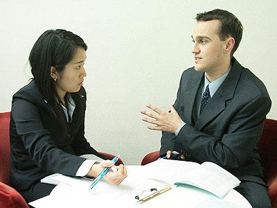 トーク・アベニュー英会話レッスン風景の写真。ネイティブ講師と生徒が1対1で真剣に授業をしている様子