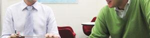 トーク・アベニューの英会話レッスン風景写真。外国人講師と生徒がマンツーマンで楽しそうにレッスンしている様子
